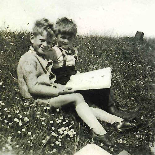 Volker mit Freund 1949 auf dem Deich